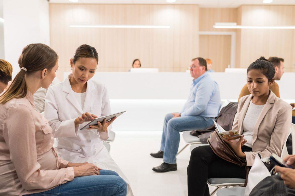 fila di pazienti